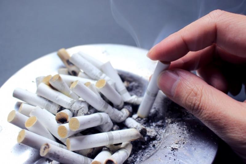 タバコを吸わない人に「スモ休」支給の企業